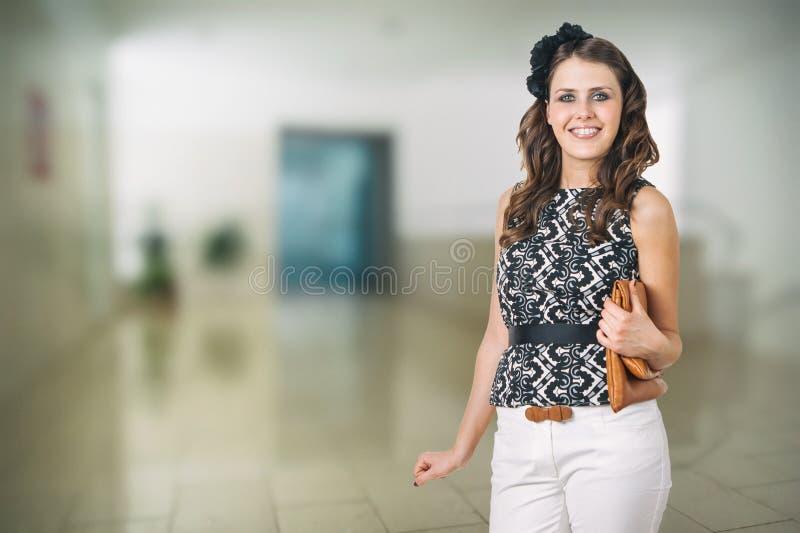 Menina bonita com as cintas na clínica dental foto de stock royalty free