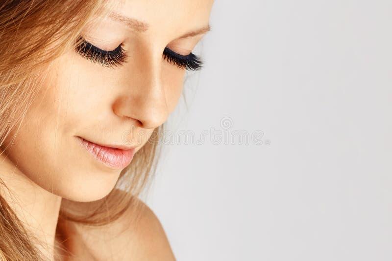 Menina bonita com as pestanas falsas longas e pele perfeita Extens?es, cosmetologia, beleza e cuidados com a pele da pestana fotos de stock royalty free