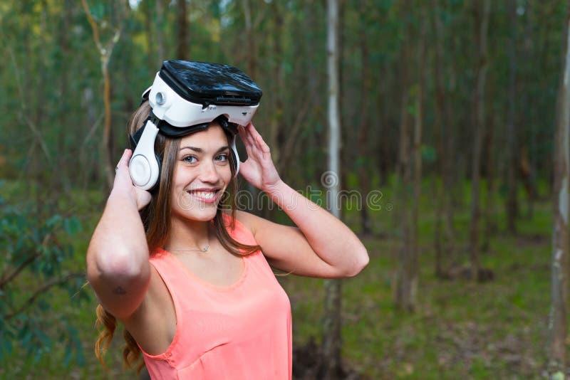 Menina bonita com auriculares do vr fotos de stock royalty free