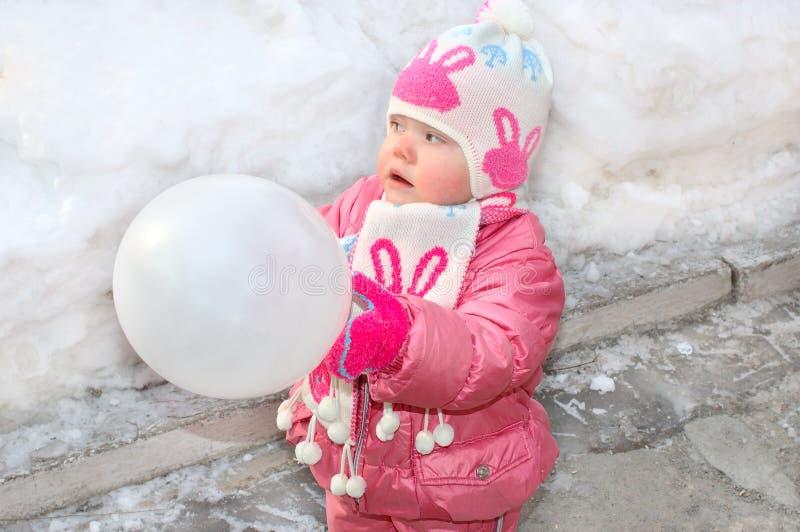 Menina bonita com balão branco. fotografia de stock royalty free