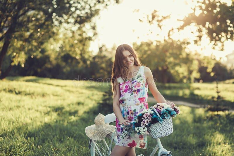 Menina bonita com bicicleta fotos de stock