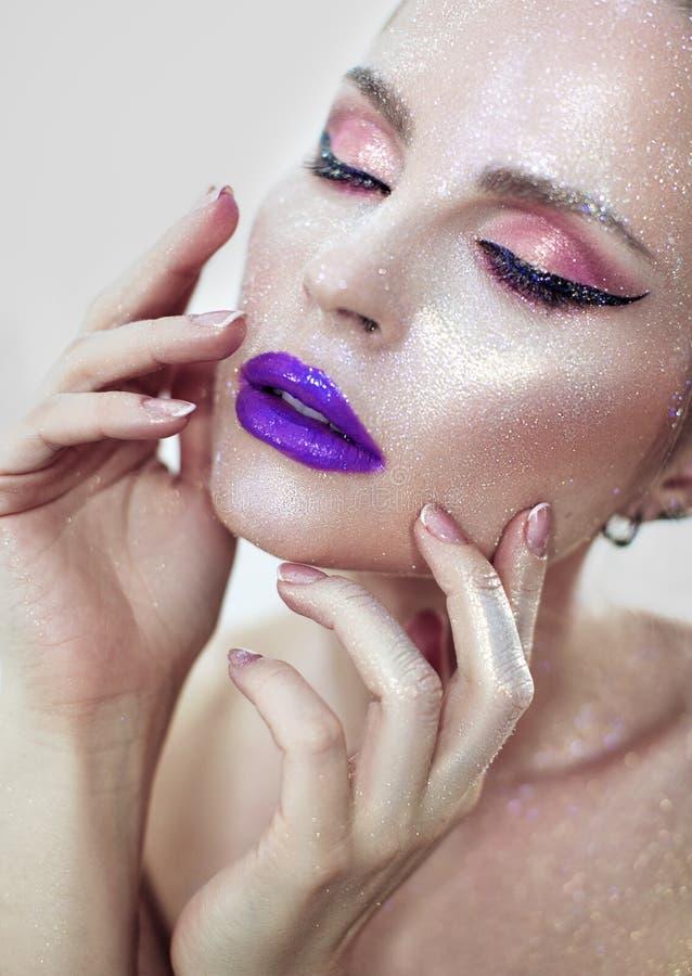 Menina bonita com bordos roxos imagem de stock