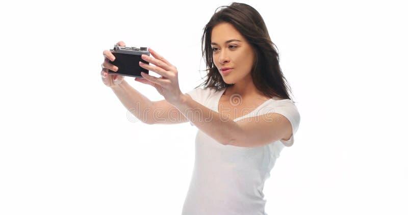 Menina bonita com câmera retro foto de stock