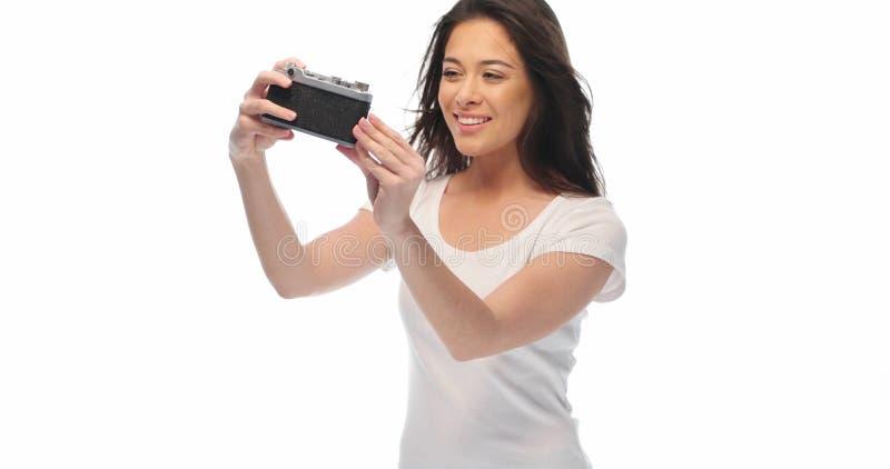 Menina bonita com câmera retro fotografia de stock royalty free