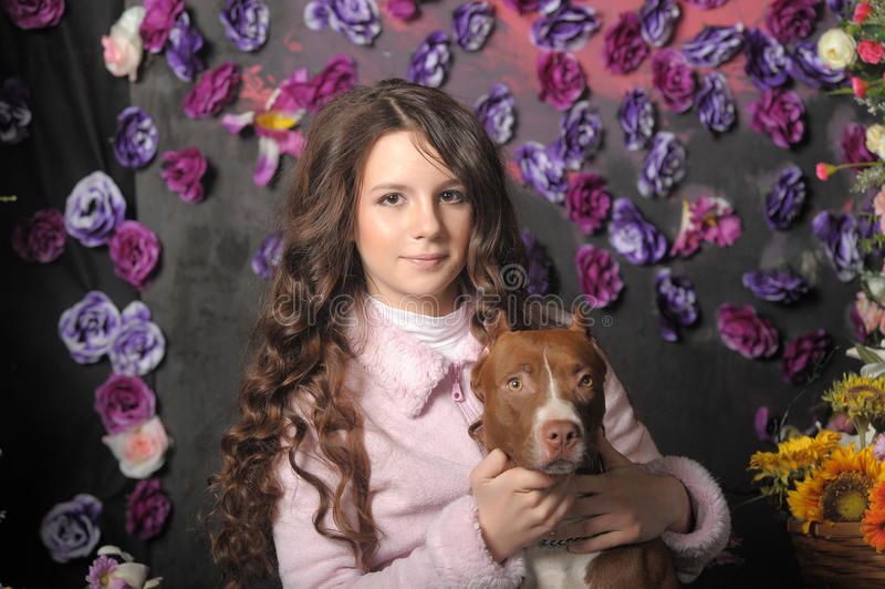 Menina bonita com cão imagem de stock