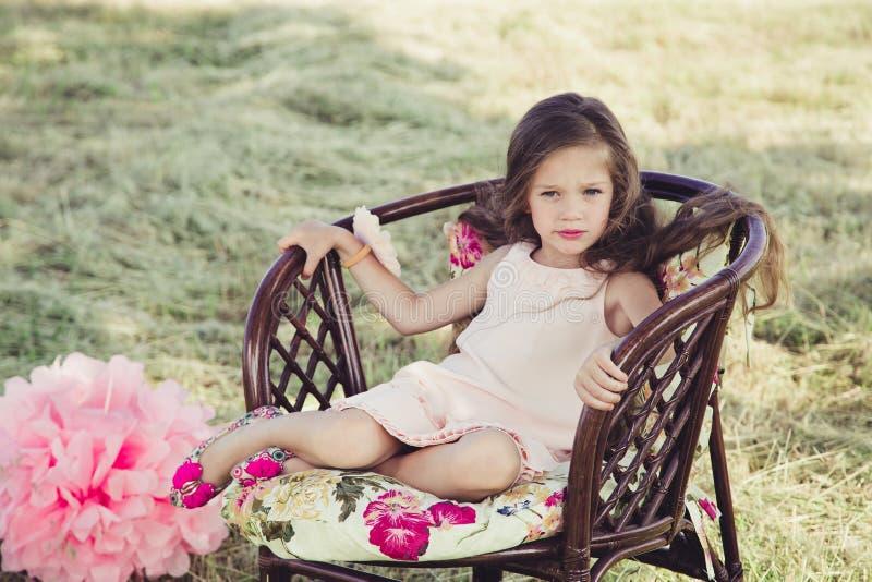 Menina bonita com cabelo de fluxo fotografia de stock
