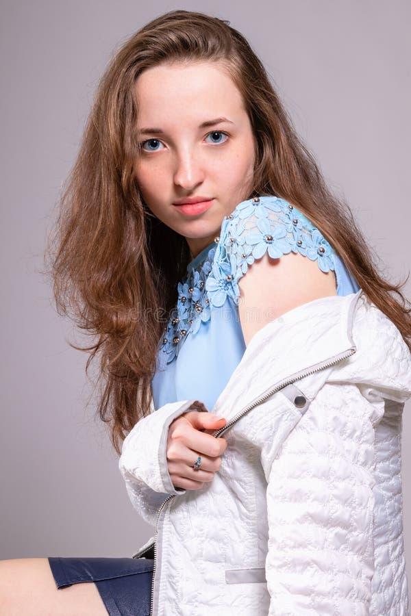 Menina bonita com cabelo de fluxo fotos de stock