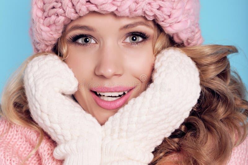 A menina bonita com cabelo encaracolado no inverno acolhedor morno veste-se foto de stock