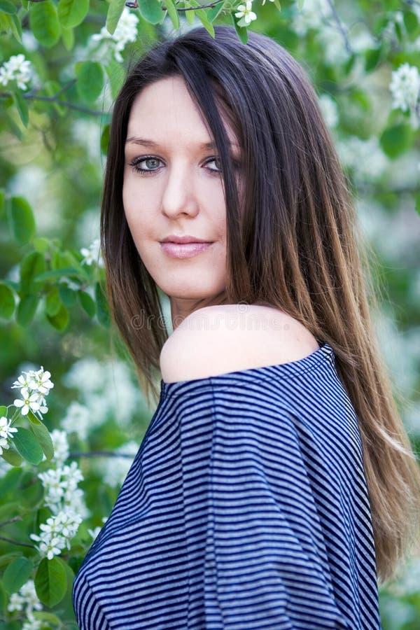 Menina bonita com cabelo longo foto de stock royalty free