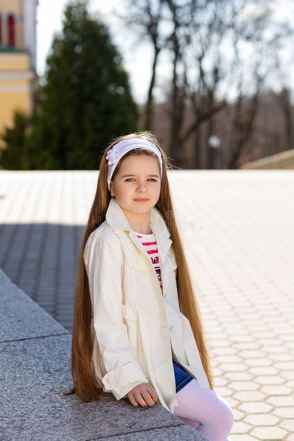 Menina bonita com cabelo longo do brunetеe imagem de stock royalty free