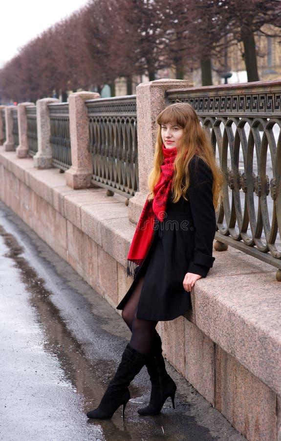 Menina bonita com cabelo longo no lenço vermelho foto de stock royalty free