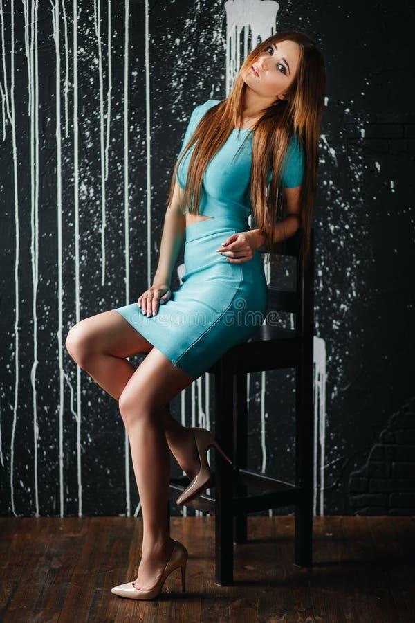Menina bonita com cabelo longo no vestido azul imagem de stock