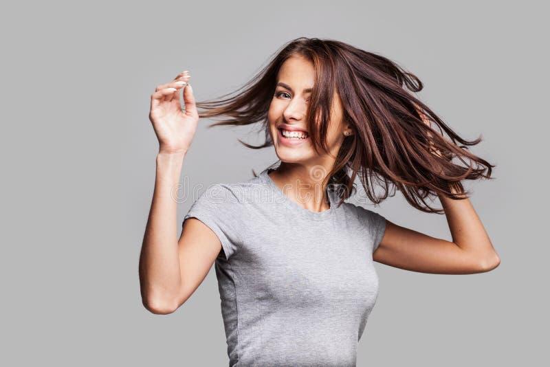 Menina bonita com cabelo longo que ri, dançando e apreciando a vida fotos de stock royalty free