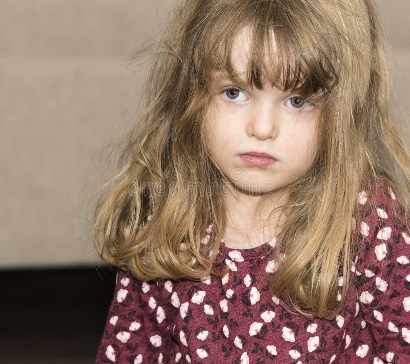 Menina bonita com cabelo louro e olhos azuis fotografia de stock