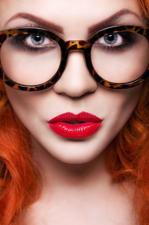 Menina bonita com cabelo vermelho foto de stock