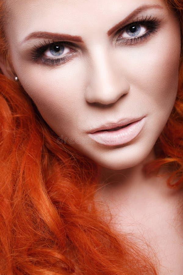 Menina bonita com cabelo vermelho fotografia de stock royalty free