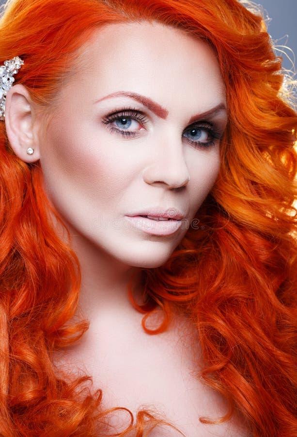 Menina bonita com cabelo vermelho imagens de stock royalty free