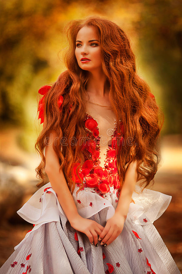 Menina bonita com cabelo vermelho no parque do outono imagens de stock