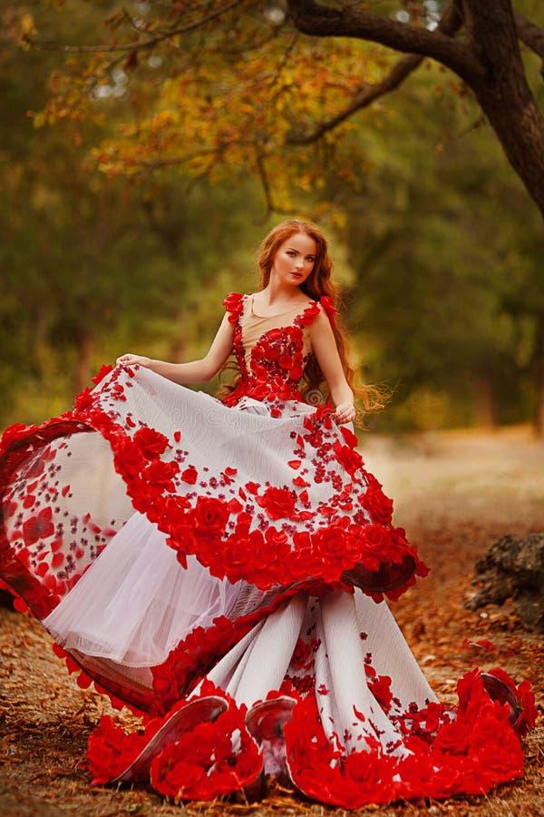 Menina bonita com cabelo vermelho no parque do outono fotos de stock
