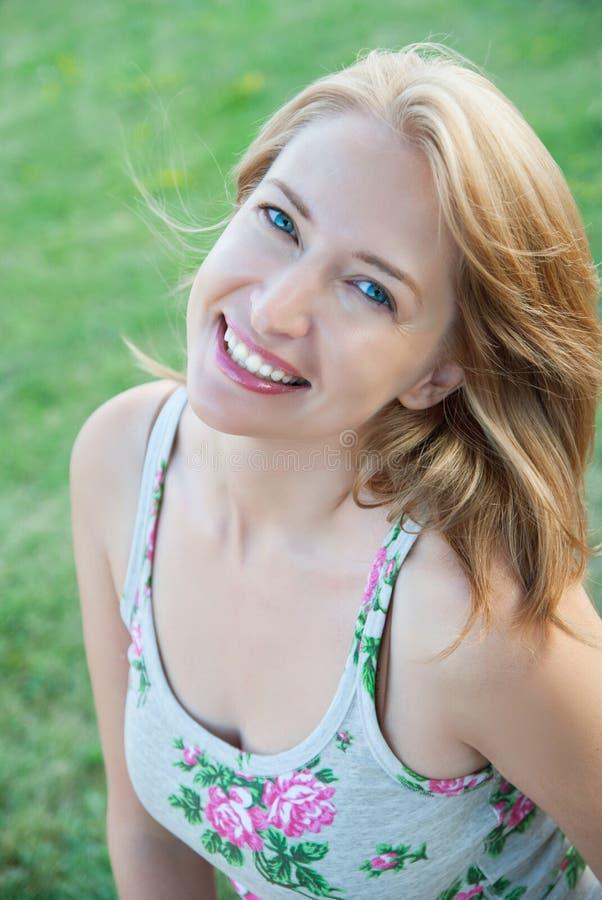 Menina bonita com cara aberta e cabelo de fluxo em um fundo o fotografia de stock