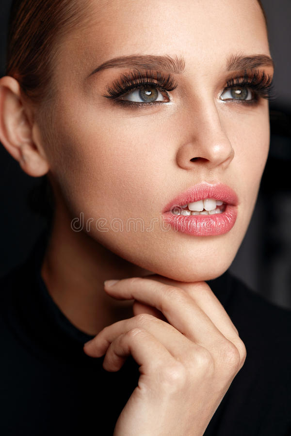 Menina bonita com cara da beleza, composição e as pestanas pretas longas imagem de stock royalty free