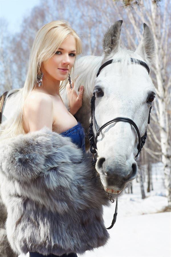 Menina bonita com cavalo imagem de stock royalty free