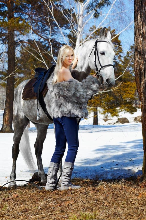 Menina bonita com cavalo imagens de stock royalty free