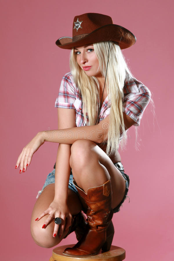 Menina bonita com chapéu de cowboy fotografia de stock royalty free