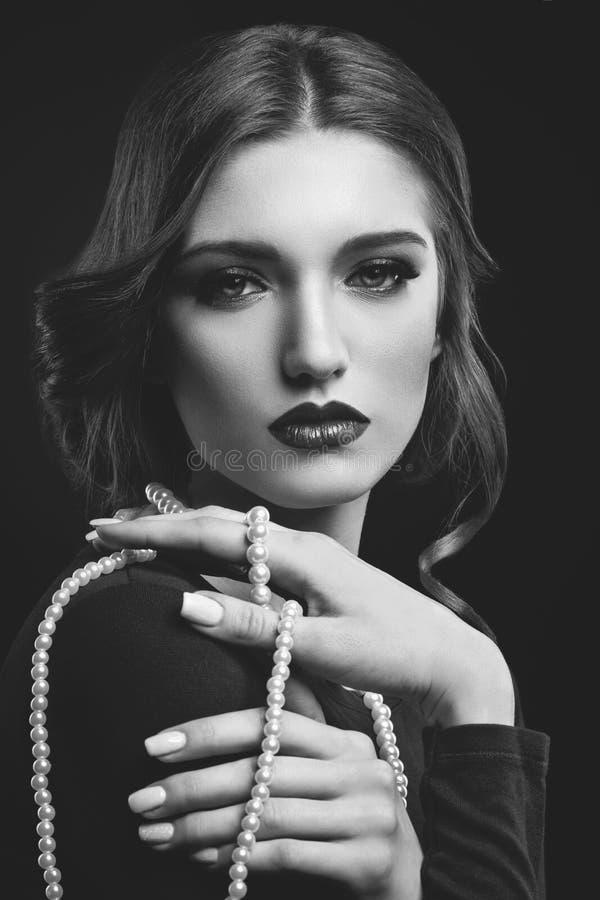 Menina bonita com colar da pérola fotografia de stock royalty free
