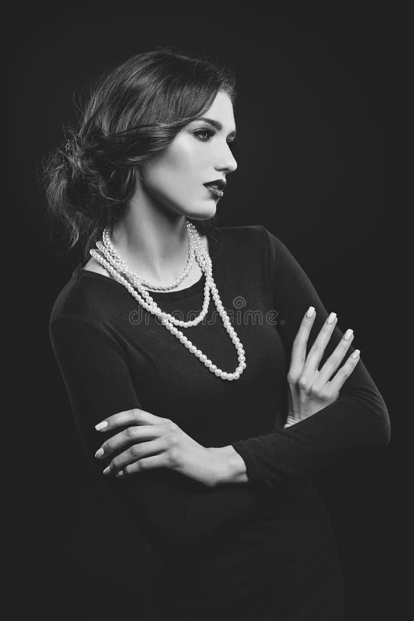 Menina bonita com colar da pérola imagens de stock royalty free
