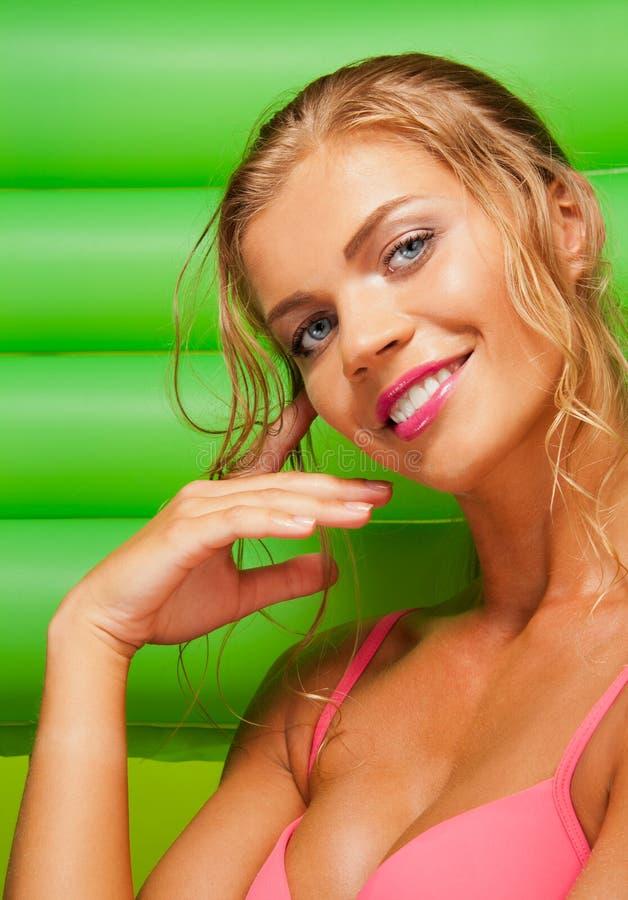 Menina bonita com colchão verde imagens de stock royalty free