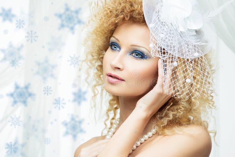 Menina bonita com composição azul no chapéu branco imagens de stock royalty free