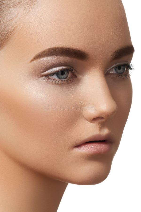 Menina bonita com composição clara, sobrancelhas fortes foto de stock