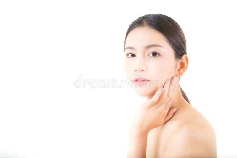 Menina bonita com composição, conceito da mulher e dos cuidados com a pele/menina atrativa de Ásia que smilling na cara isolada imagem de stock