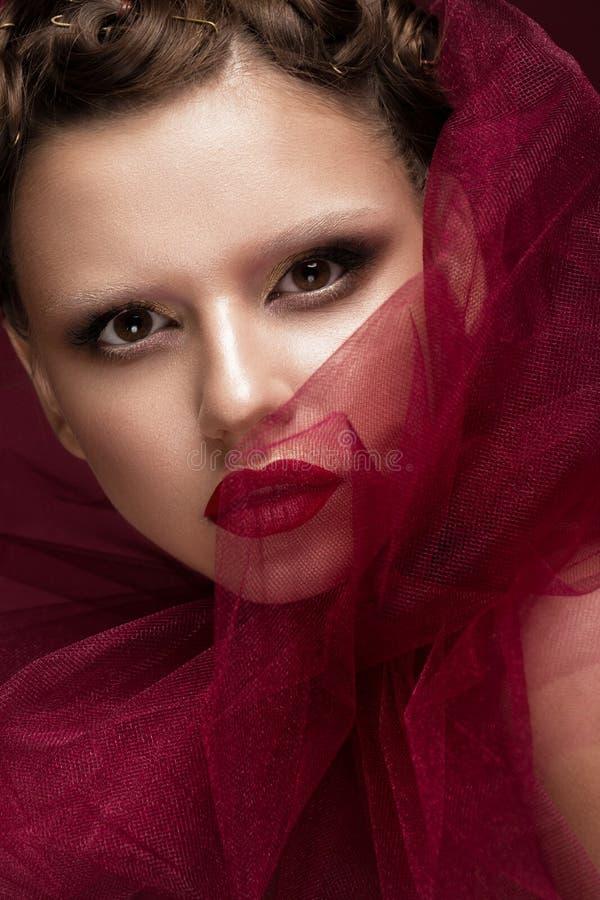 Menina bonita com composição criativa da arte na imagem da noiva vermelha para Dia das Bruxas Face da beleza imagem de stock