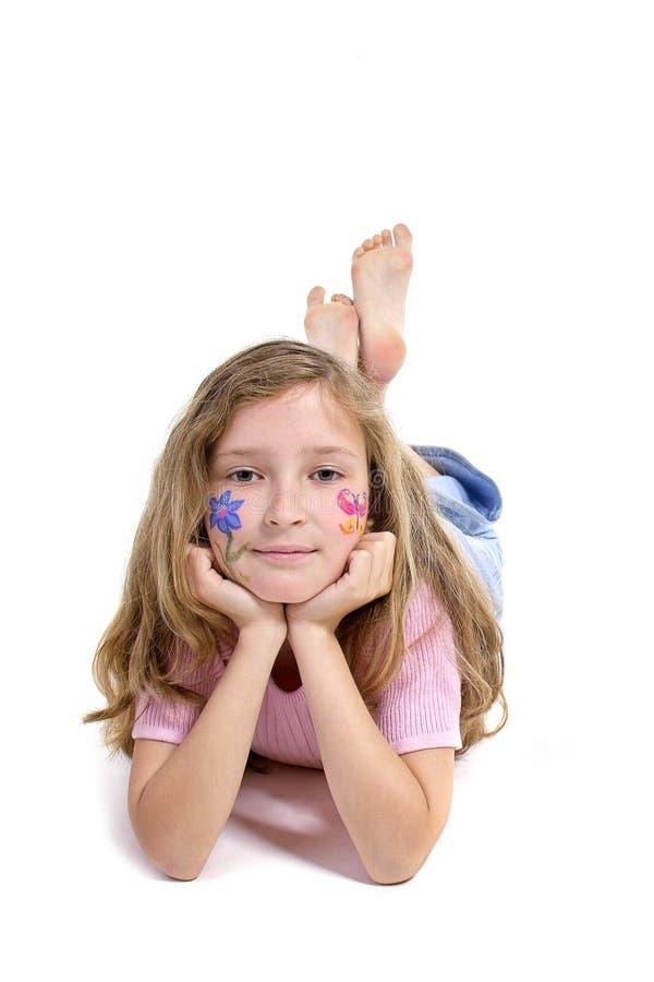 Menina bonita com a composição da borboleta da flor que coloca no assoalho fotografia de stock royalty free