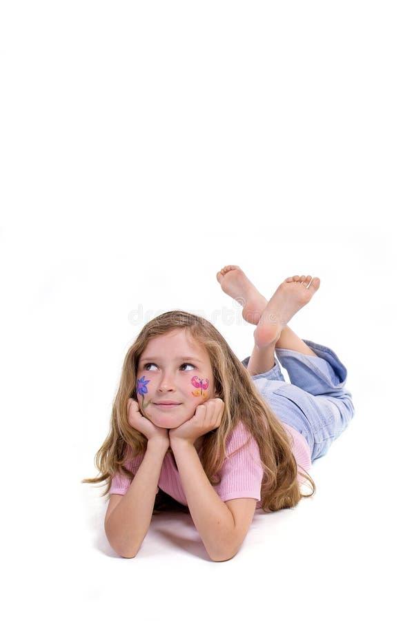 Menina bonita com a composição da borboleta da flor que coloca no assoalho imagens de stock royalty free