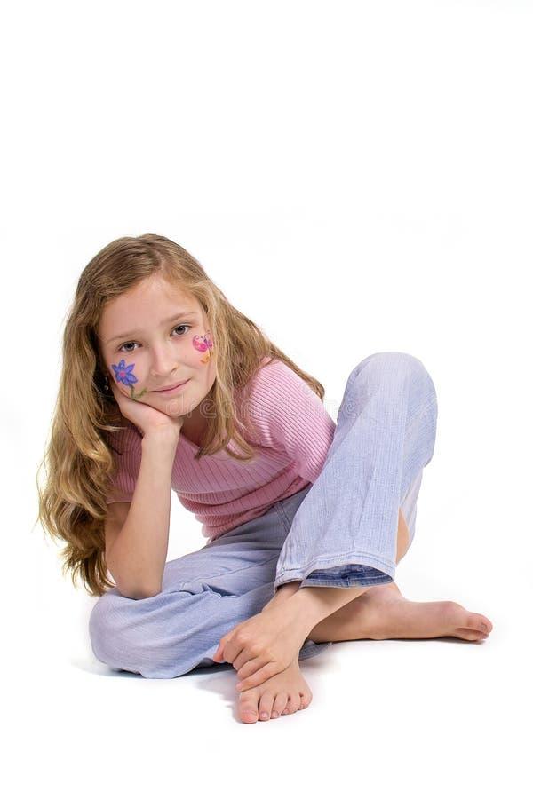 Menina bonita com a composição da borboleta da flor que senta-se no assoalho fotografia de stock
