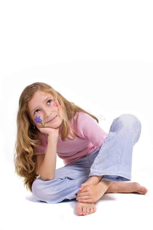 Menina bonita com a composição da borboleta da flor que senta-se no assoalho foto de stock royalty free