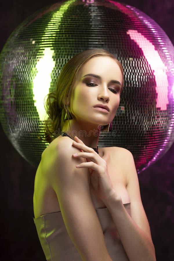 Menina bonita com a composição da noite que veste uma colar elegante imagem de stock