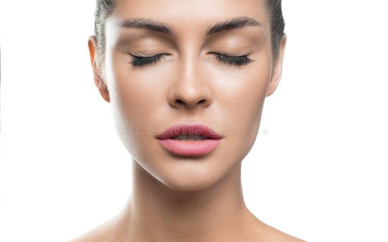 Menina bonita com composição de refrescamento delicada natural da pele limpa em um fundo branco isolado no fundo branco fotografia de stock
