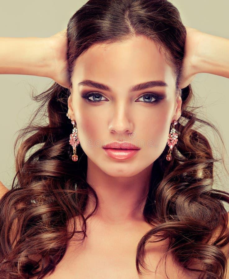 Menina bonita com composição para os olhos e os bordos foto de stock