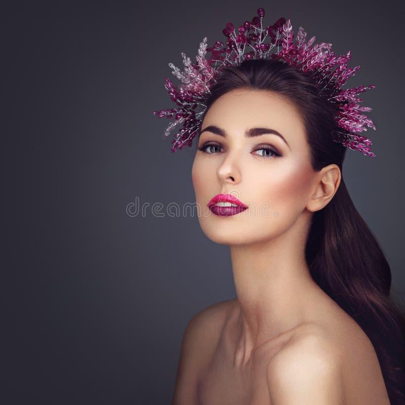 Menina bonita com composição roxa e parte principal imagens de stock royalty free