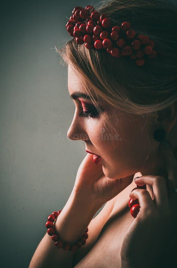 Menina bonita com composição vermelha imagens de stock