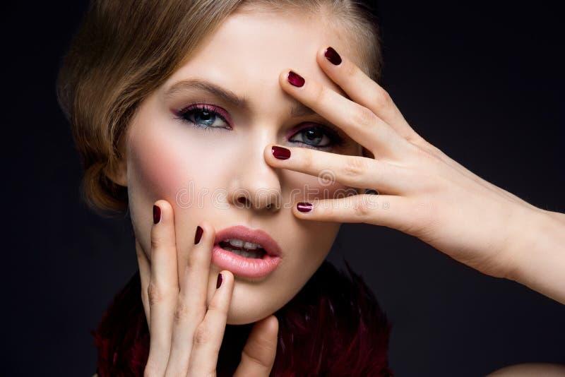 Menina bonita com composição vermelha foto de stock royalty free