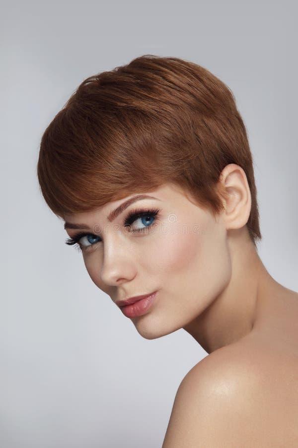 Menina bonita com corte de cabelo à moda e as pestanas falsas imagem de stock royalty free