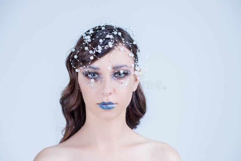 A menina bonita com criativo compensa pelo ano novo Retrato do inverno Cores brilhantes, bordos azuis, cabelo elegante do projeto imagem de stock