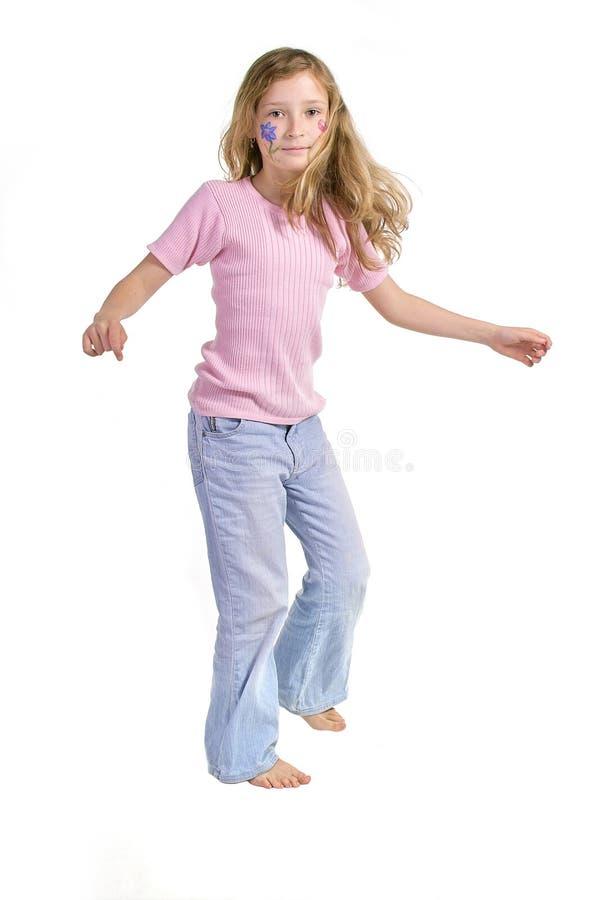 Menina bonita com dança da composição da borboleta da flor fotografia de stock royalty free