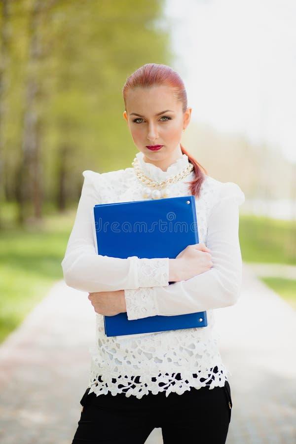 Menina bonita com dobrador do escritório fotografia de stock royalty free