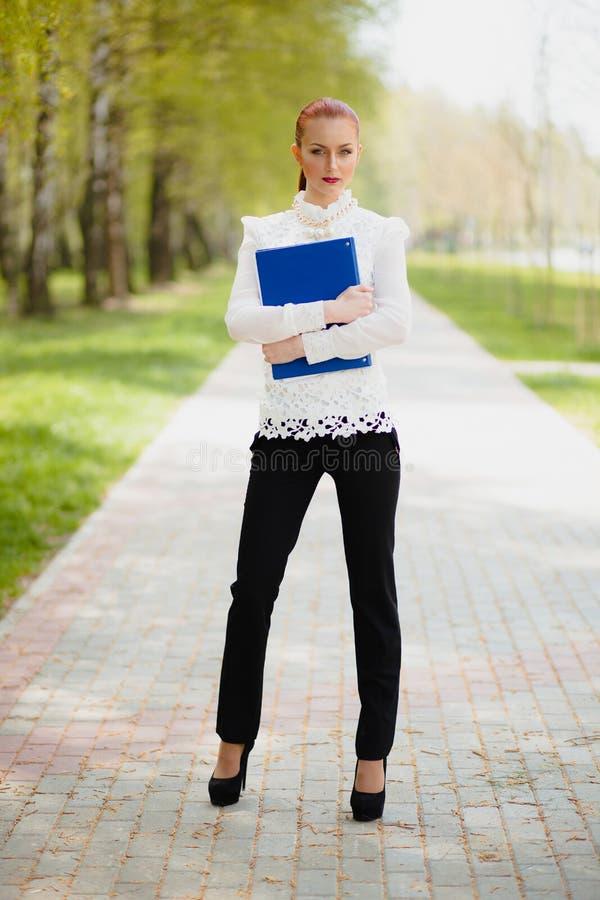 Menina bonita com dobrador do escritório imagens de stock royalty free